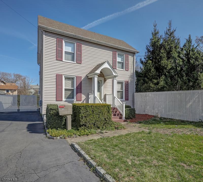 Частный односемейный дом для того Продажа на 97 E CLINTON Avenue Bergenfield, Нью-Джерси 07621 Соединенные Штаты