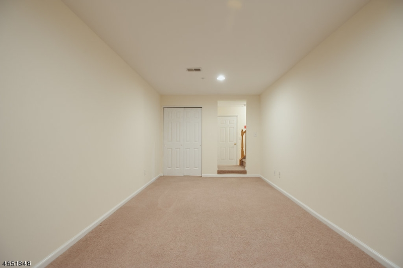 Additional photo for property listing at 1068 Shadowlawn Drive  Dunellen, 新泽西州 08812 美国