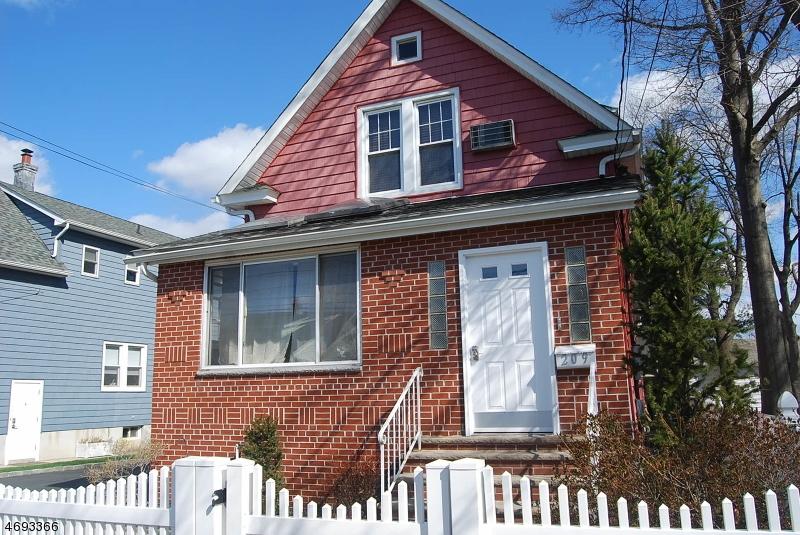 Casa Unifamiliar por un Alquiler en 209 Valley Brook Avenue Lyndhurst, Nueva Jersey 07071 Estados Unidos