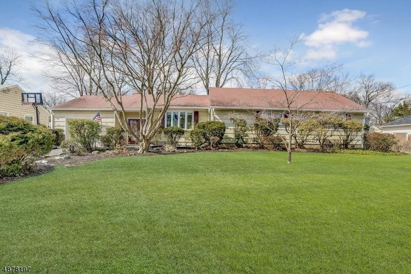 Maison unifamiliale pour l Vente à 753 REEDER Road Paramus, New Jersey 07652 États-Unis