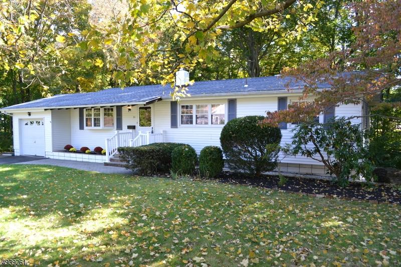 Single Family Homes pour l Vente à Waldwick, New Jersey 07463 États-Unis