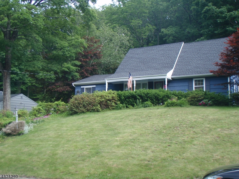 Maison unifamiliale pour l Vente à 73 Morris Avenue West Milford, New Jersey 07480 États-Unis