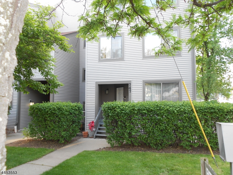 Частный односемейный дом для того Продажа на 747 10th Street Secaucus, Нью-Джерси 07094 Соединенные Штаты