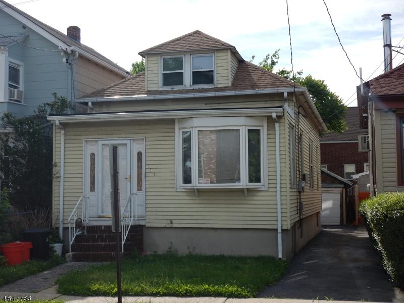 Maison unifamiliale pour l Vente à 140 Oakwood Avenue Cliffside Park, New Jersey 07010 États-Unis