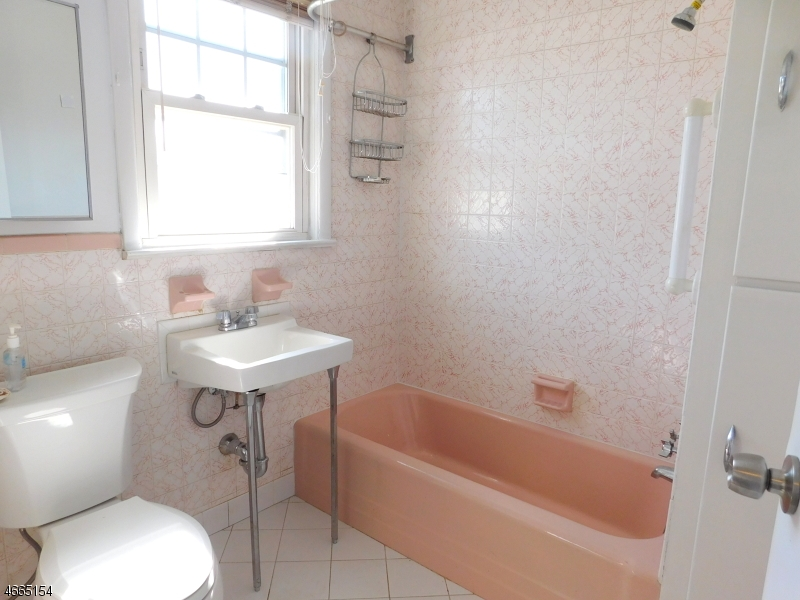 Additional photo for property listing at 17 Chapel Street  布鲁姆菲尔德, 新泽西州 07003 美国