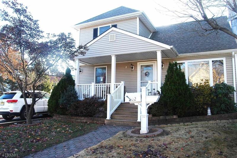 Maison unifamiliale pour l Vente à 102 Avenue D Lodi, New Jersey 07644 États-Unis