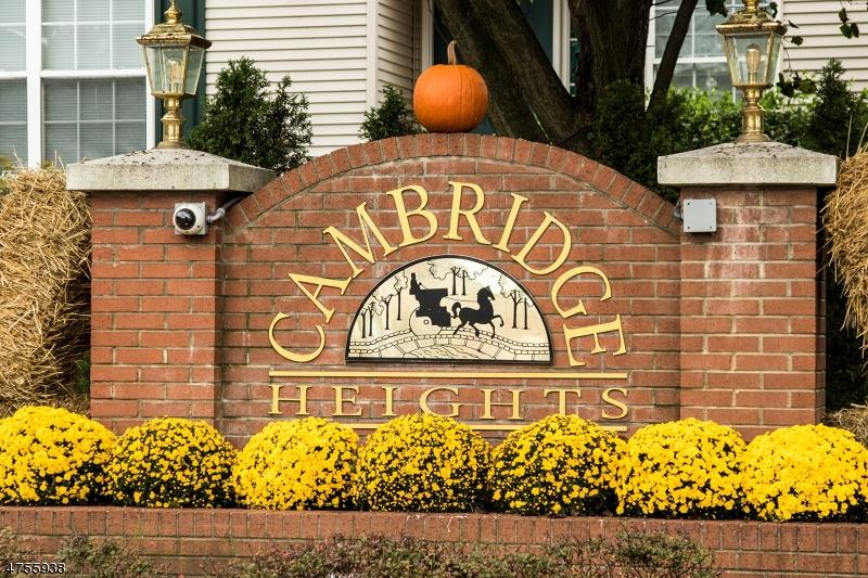 واحد منزل الأسرة للـ Sale في 190 Cambridge Court 190 Cambridge Court Clifton, New Jersey 07014 United States