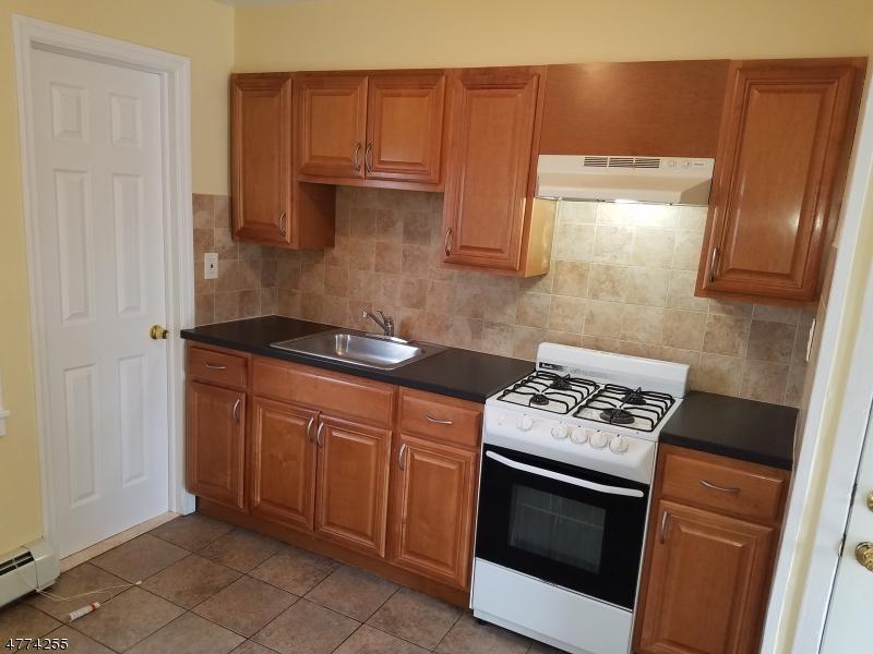 Casa Unifamiliar por un Alquiler en 812 E Hazelwood Avenue Rahway, Nueva Jersey 07065 Estados Unidos