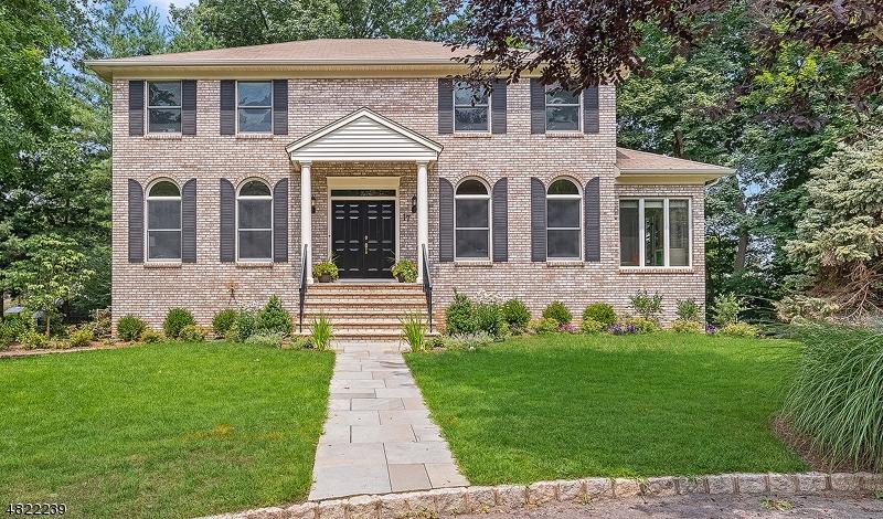 Maison unifamiliale pour l Vente à 17 JENNIFER Lane Maplewood, New Jersey 07040 États-Unis