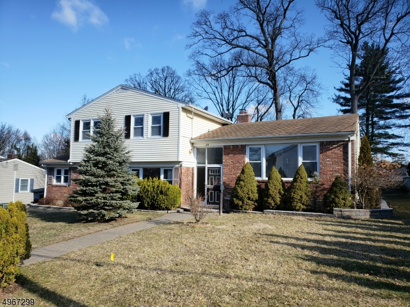 Single Family Homes per Vendita alle ore Address Not Available West Caldwell, New Jersey 07006 Stati Uniti