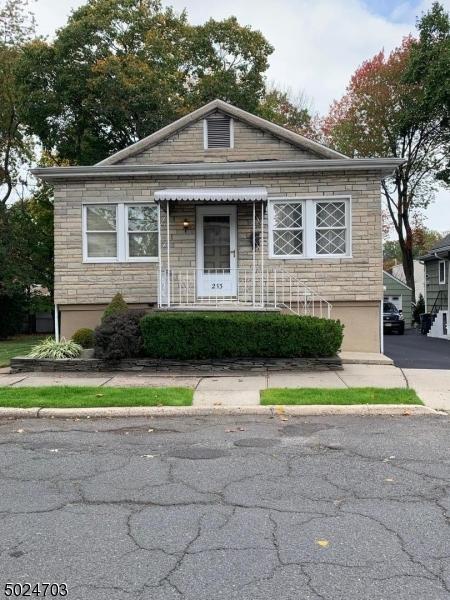 Single Family Homes 為 出售 在 Bergenfield, 新澤西州 07621 美國