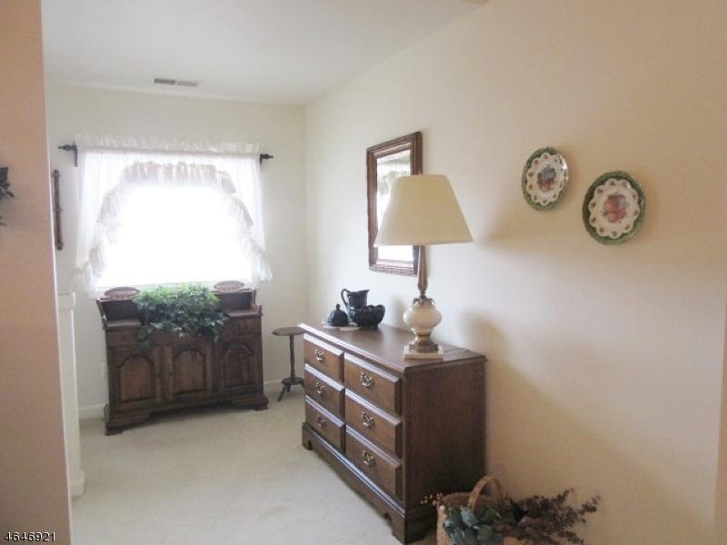 Additional photo for property listing at 107 Bourne Circle  Hamburg, Nueva Jersey 07419 Estados Unidos