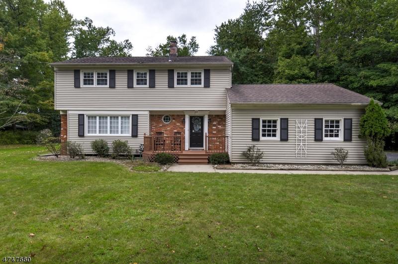独户住宅 为 销售 在 17 Pitcairn Drive 罗斯兰德, 新泽西州 07068 美国