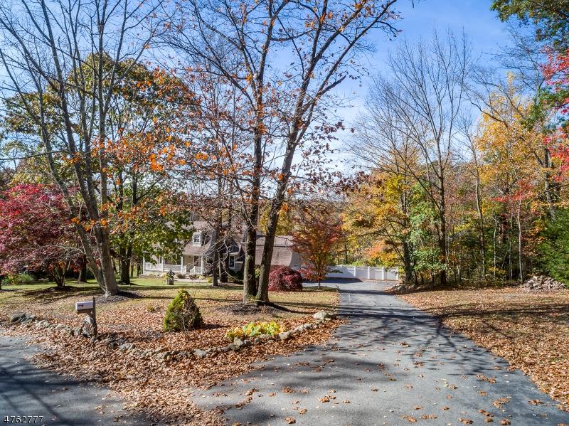 独户住宅 为 销售 在 135 Henderson Road 西米尔福德, 新泽西州 07460 美国