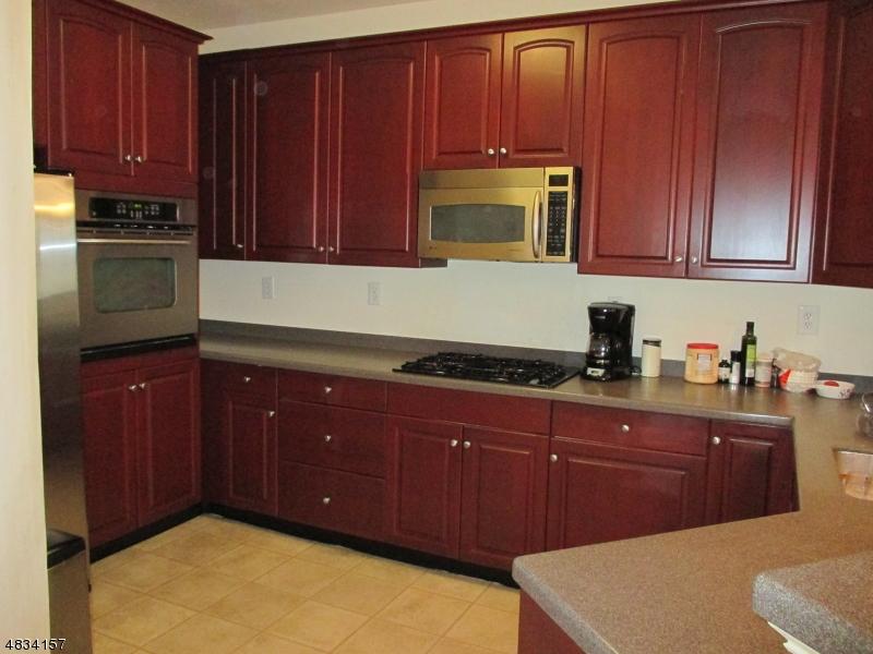 Condo / Casa geminada para Arrendamento às 98 WHITEWELD TER Clifton, Nova Jersey 07013 Estados Unidos