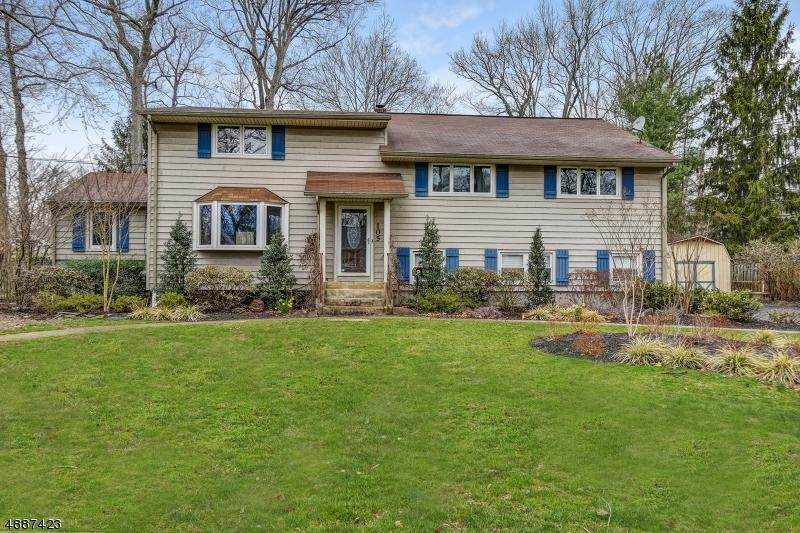 Maison unifamiliale pour l Vente à 105 EDGEWOOD Road Cranford, New Jersey 07016 États-Unis