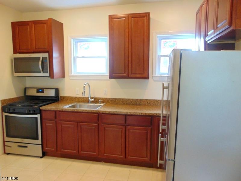 Частный односемейный дом для того Аренда на 408 E 9th Ave 1st Floor Roselle, Нью-Джерси 07203 Соединенные Штаты