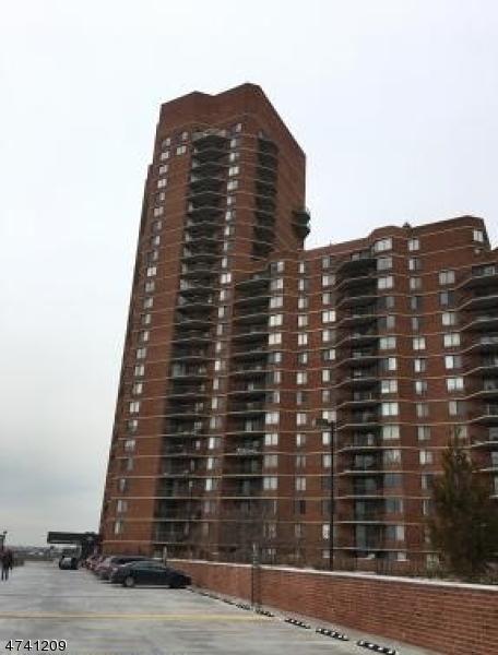 Maison unifamiliale pour l Vente à 734 Harmon Cove Tower Secaucus, New Jersey 07094 États-Unis