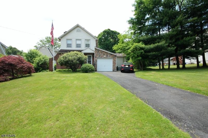 Maison unifamiliale pour l Vente à 95 SICOMAC Avenue Midland Park, New Jersey 07432 États-Unis