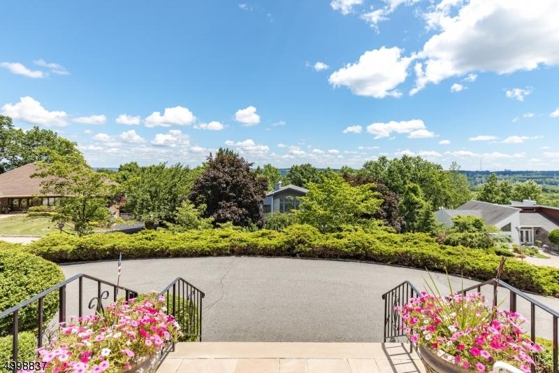 Single Family Homes für Verkauf beim Cedar Grove, New Jersey 07009 Vereinigte Staaten