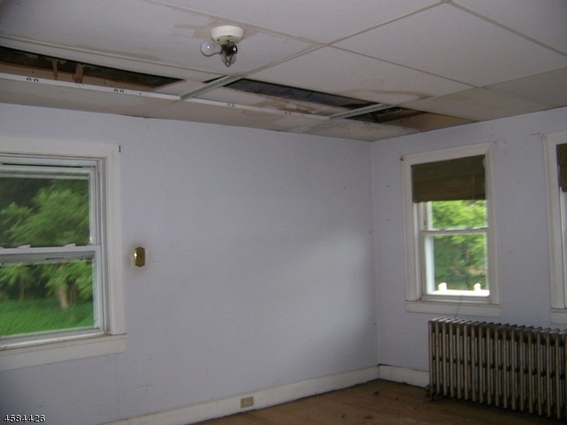 Additional photo for property listing at 619 S Main Street  Stewartsville, New Jersey 08886 États-Unis