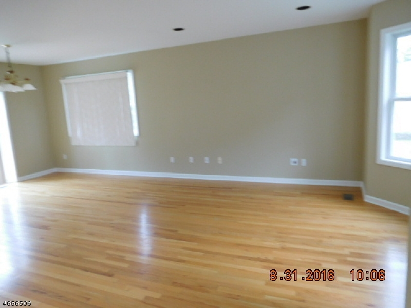 Additional photo for property listing at 1 Red Oak Drive  Hamburg, New Jersey 07419 États-Unis