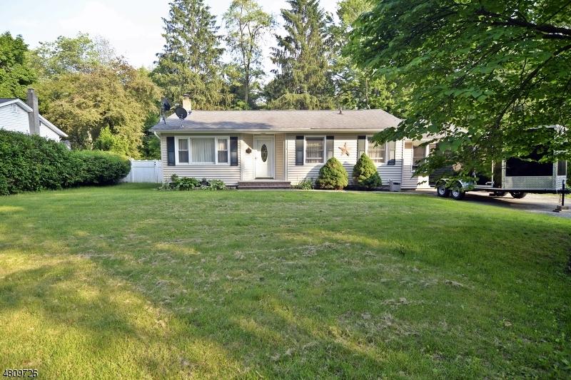 Maison unifamiliale pour l Vente à 204 LAKE Drive Byram Township, New Jersey 07874 États-Unis