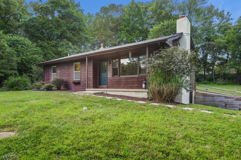 Enfamiljshus för Försäljning vid 15 1ST Street Califon, New Jersey 07830 Usa