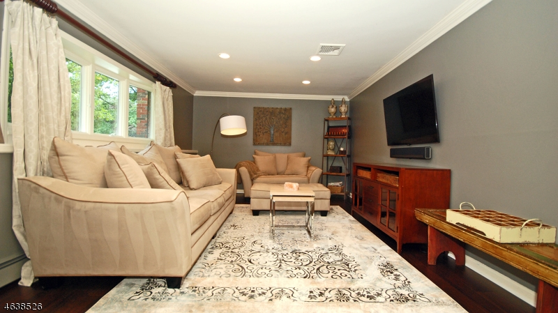 Additional photo for property listing at 44 Brookside Ter  Caldwell, 新泽西州 07006 美国