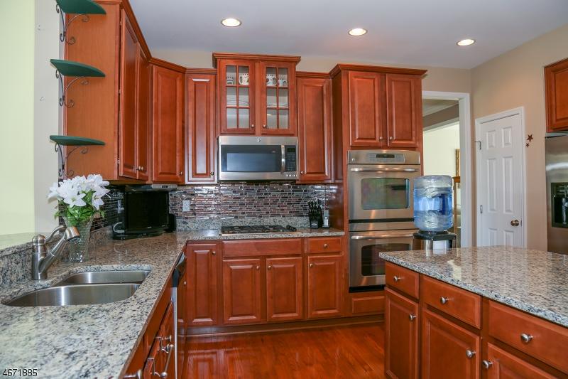 独户住宅 为 销售 在 16 Emerald Drive 汉堡, 07419 美国