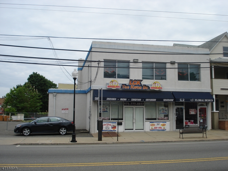 Comercial por un Venta en 209 Lakeview Avenue 209 Lakeview Avenue Clifton, Nueva Jersey 07011 Estados Unidos