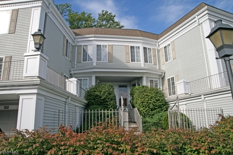 Maison unifamiliale pour l Vente à 242 Riveredge Drive Chatham, New Jersey 07928 États-Unis