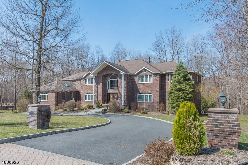 Single Family Homes للـ Sale في 25 HIGH MOUNTAIN Drive Montville, New Jersey 07005 United States