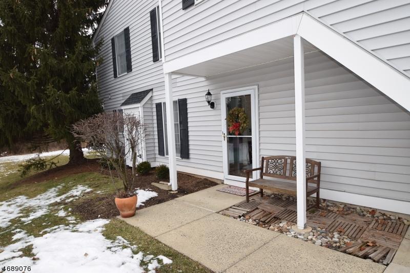 Maison unifamiliale pour l Vente à 177 Milkweed Court Three Bridges, New Jersey 08887 États-Unis