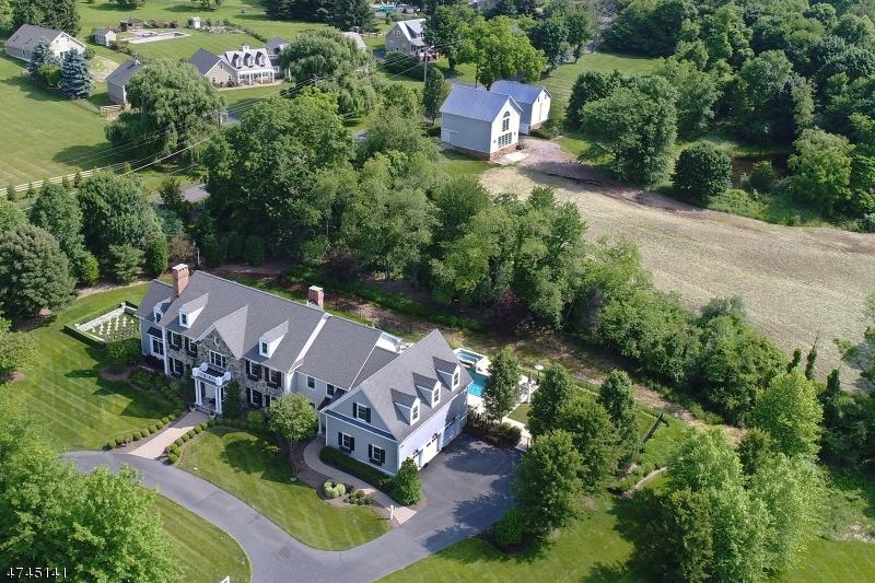 Maison unifamiliale pour l Vente à 1 HILDEBRANT Road Tewksbury Township, New Jersey 08833 États-Unis