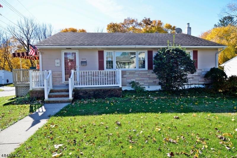 Maison unifamiliale pour l Vente à 200 4TH Street Hackettstown, New Jersey 07840 États-Unis