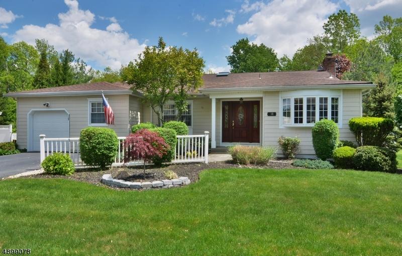 Single Family Homes pour l Vente à West Caldwell, New Jersey 07006 États-Unis