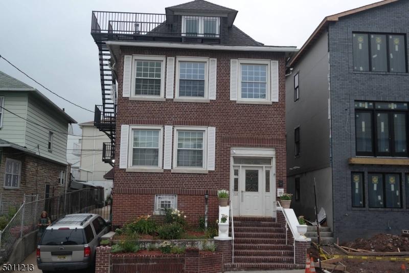Multi-Family Homes pour l Vente à Jersey City, New Jersey 07305 États-Unis