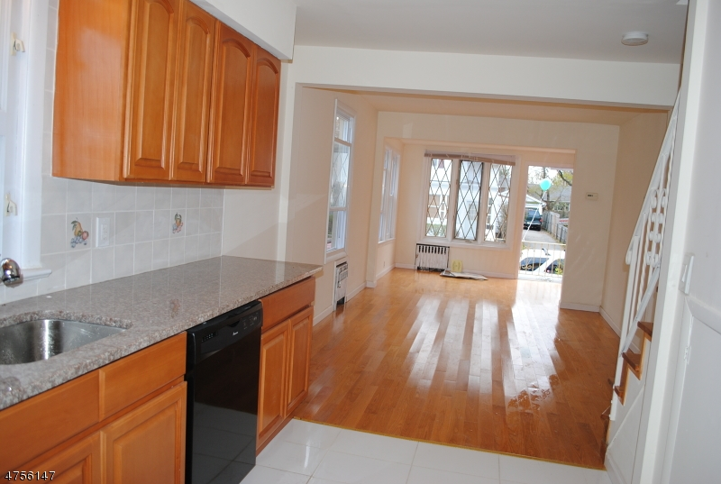 独户住宅 为 出租 在 10 Charles Street 蒙特克莱尔, 新泽西州 07042 美国