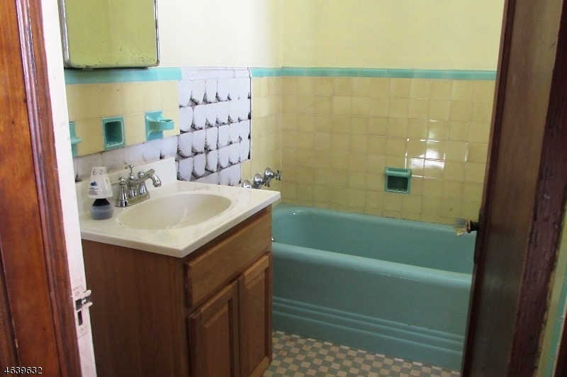 Additional photo for property listing at 12 Claremont Place  Bloomfield, Нью-Джерси 07003 Соединенные Штаты