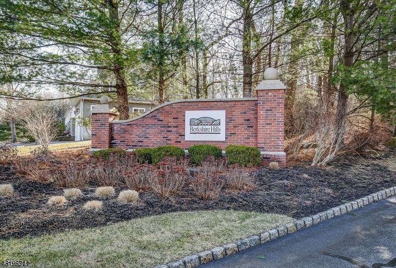 Condo / Casa geminada para Arrendamento às 1302 WINDSOR Court Denville, Nova Jersey 07834 Estados Unidos
