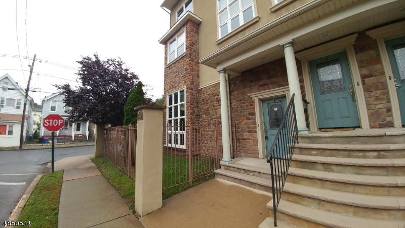 Condo / Townhouse pour l Vente à 556 Valley Street Orange, New Jersey 07050 États-Unis