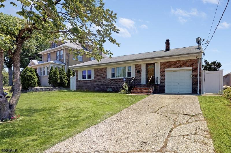 Single Family Homes pour l Vente à Lyndhurst, New Jersey 07071 États-Unis