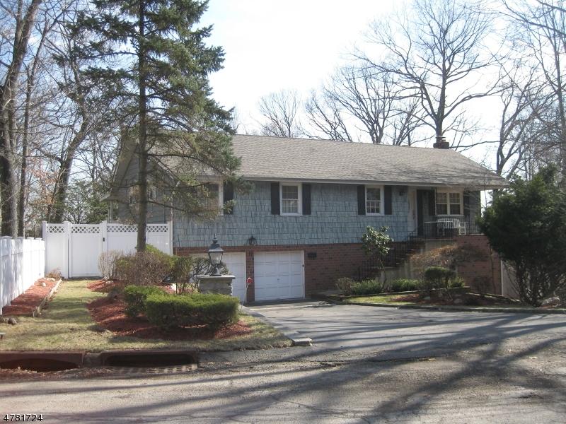 Nhà ở một gia đình vì Bán tại 11 Hillcrest Road Cedar Grove, New Jersey 07009 Hoa Kỳ