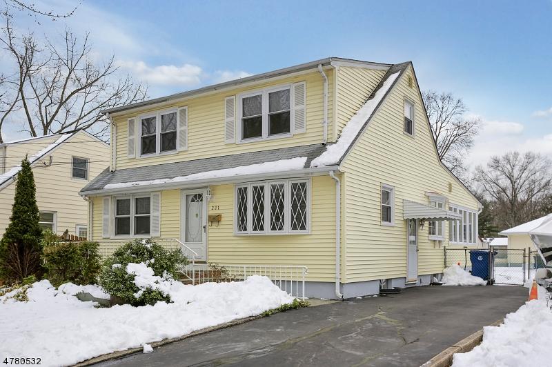 Maison unifamiliale pour l Vente à 221 Forest Road Fanwood, New Jersey 07023 États-Unis