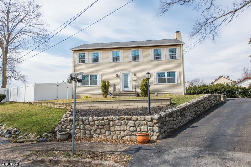 Maison unifamiliale pour l Vente à 195 E BEECH Avenue Pompton Lakes, New Jersey 07442 États-Unis