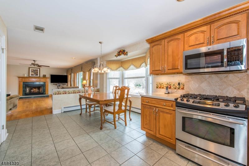 Maison unifamiliale pour l Vente à 28 Tamarack Drive Succasunna, New Jersey 07876 États-Unis