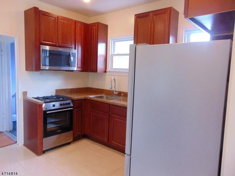 Частный односемейный дом для того Аренда на 408 E 9th Ave 2nd Floor Roselle, Нью-Джерси 07203 Соединенные Штаты