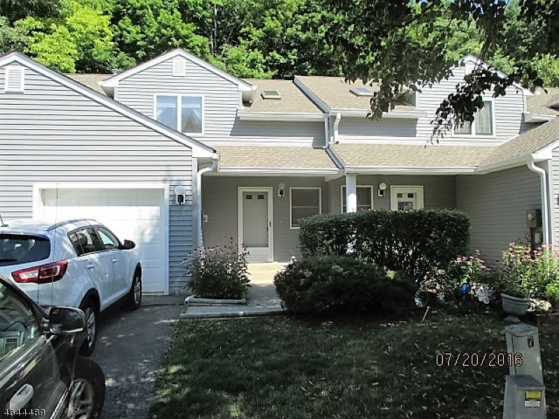 Maison unifamiliale pour l Vente à 63 Meadow Pond Road Hamburg, New Jersey 07419 États-Unis