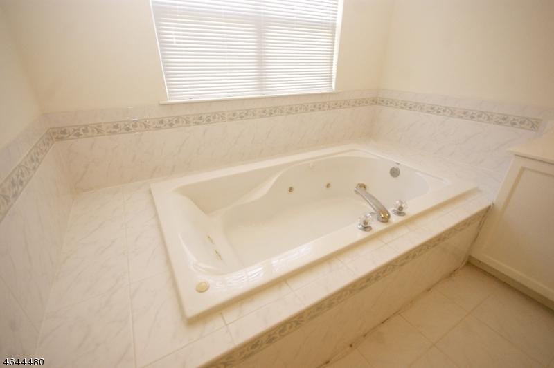 Additional photo for property listing at 15 Cobblers Circle  Franklin Park, Nueva Jersey 08823 Estados Unidos